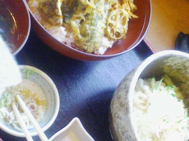 昼は野菜天丼セット。